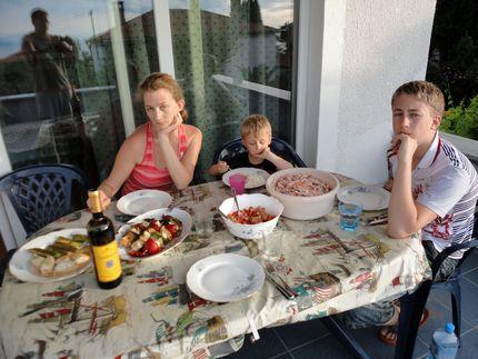 Ужин на столе, семья в полном составе