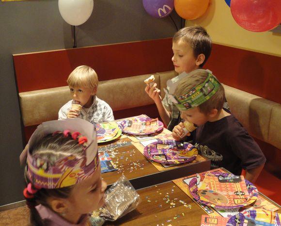 Дети разминаются мороженным, которое они сами набрали себе на кухне ресторана