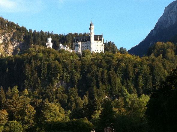 Замок Neuschwanstein все знают по заставке мультфильмов компании Disney