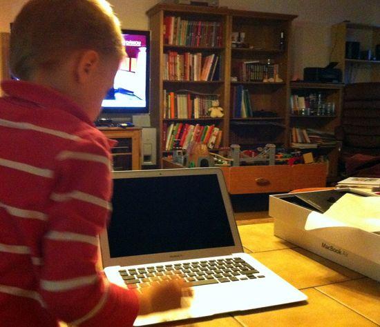 Младшему сыну было доверено первое включение MacBook Air