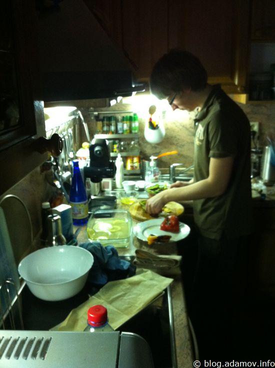 Когда мы вернулись с прогулки, старший сын встретил нас ужином, который впервые приготовил сам